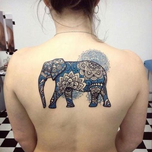 Um elefante coberto em um padrão de mandala é colorido em um principalmente o azul da paleta.