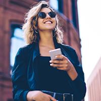 Młoda kobieta biorąca udział w promocji konta osobistego w mBanku