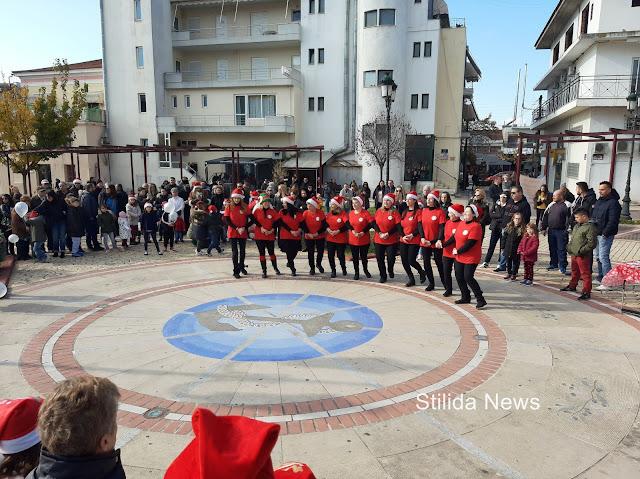 Από τη Χριστουγεννιάτικη εκδήλωση του Συλλόγου Μικρασιατών Αν. Φθιώτιδας, που έγινε στην πλατεία Εθνικής Αντίστασης, στη Στυλίδα