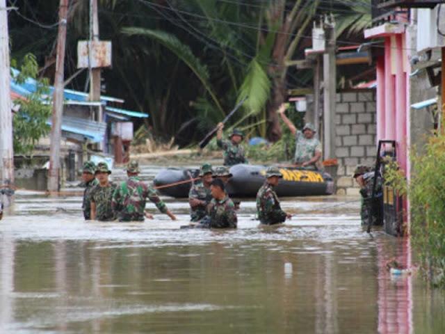 Lantamal X Beri Bantuan dan Evakuasi Korban Banjir Bandang di Sentani