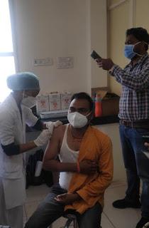 झाबुआ जिले के 4 केंद्रों पर प्रथम दिन 300 स्वास्थ्य कर्मियों को  टीके लगाए गए