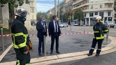 Prefeito de Nice, Christian Estrosi (centro), no local do ataque