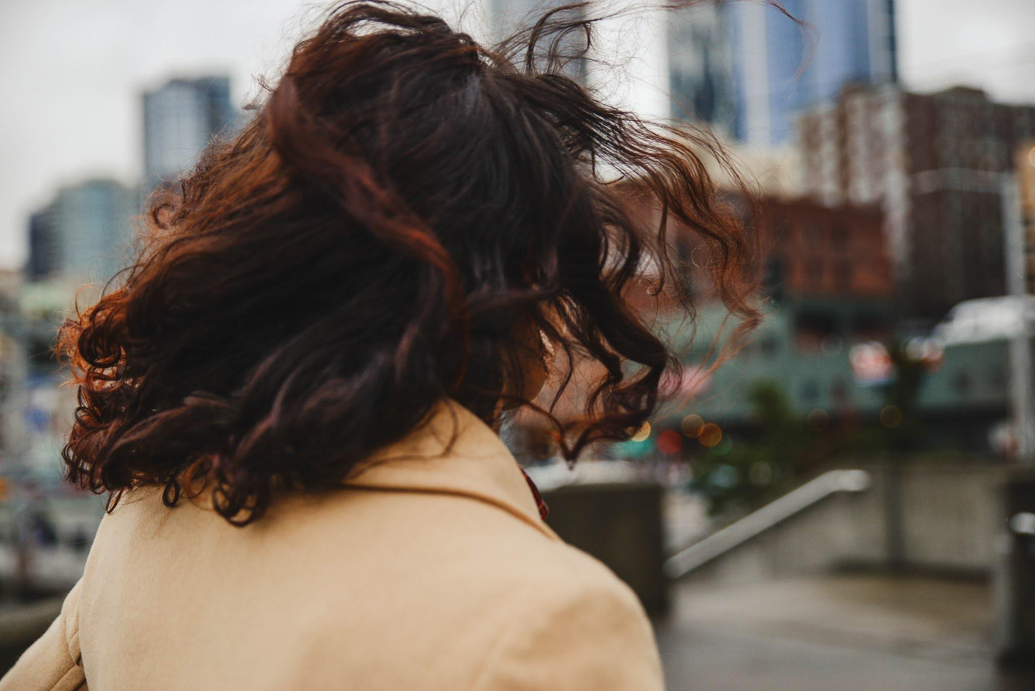 اسباب تحول الشعر الى اللون الرمادي واسباب الشيب