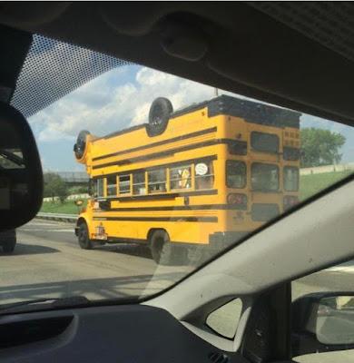 Gelber Schulbus doppelt auf Autobahn