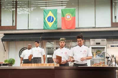 """Os chefs Rodrigo Oliveira e Rui Paula, jurado do """"MasterChef Portugal"""", elaboram o menu - Crédito: Carlos Reinis/Band"""