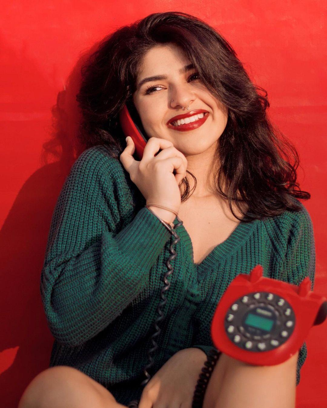 "Actors Gossips: Former ""Taarak Mehta Ka Ooltah Chashmah"" actor Nidhi Bhanushali wows in her Christmas-themed photoshoot"