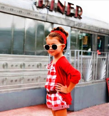 Gratis wallpaper bayi perempuan cantik pakai baju merah