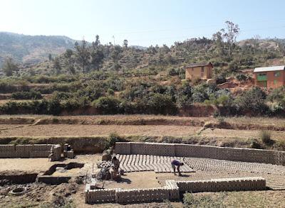 fabrica-ladrillos-junto-a-arrozales-y-al-lado-de-la-carretera-en-madagascar