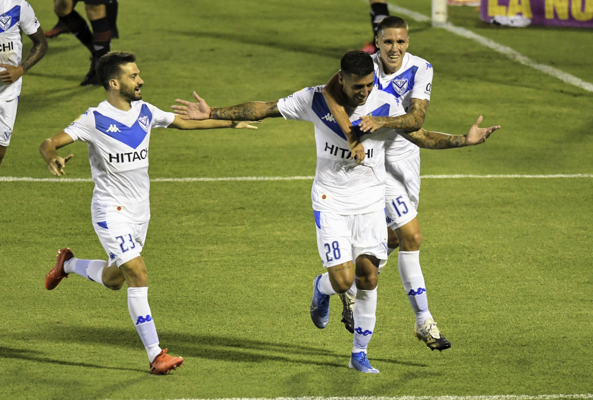 Vélez sorprendió a Newell's en Rosario y lo alcanzó en la punta de la Zona Complementación A