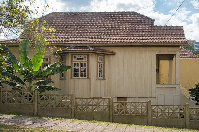Lateral de casa de madeira com bay-window