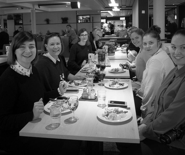 blogiystävät pöydän ääressä