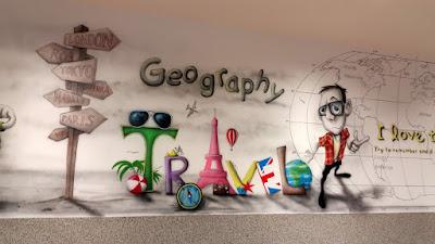 Malowanie klasy szkolnej, mural w szkole, malowanie sali lekcyjnej, aranżacja sali lekcyjnej poprzez malowanie obrazu na ścianie, mural w klasie