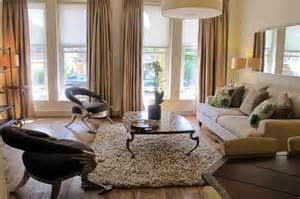 Untuk dekorasi pada dinding, pagar, serta jendela dapat berbentuk motif stilasi berupa melengkung. Sedang pada elemen kayu dapat memakai finishing duco berwarna off white.