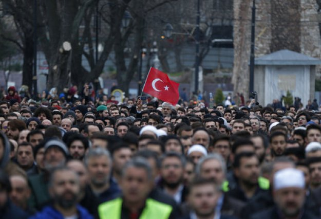 Συγκρούσεις μεταξύ αστυνομικών και διαδηλωτών στην Τουρκία