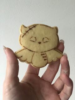 in dit blog lees je precies hoe je dit mooie halloweenkoekje kunt maken met behulp van de KOekdesign koekuitsteker en hulpstencil. inclusief ons favoriete koek recept met sugar and crumbs natural flavoured icing sugar . verkrijgbaar in de webshop van partysweets.nl