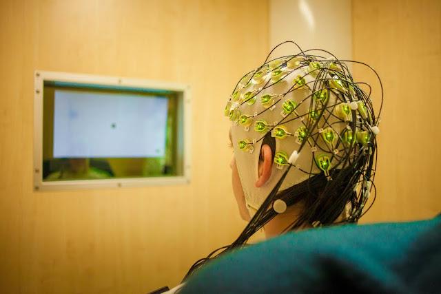 Mint ismeretes, a neurokognitív zavarok (demenciák), illetve az agyi ideghálózat egyéb betegségeinek megértése, valamint hatékony terápiák fejlesztése az egyik legnagyobb kihívás az idegtudományok előtt. Ezek közül az egyik leggyakoribb és megoldatlan terápiájú hosszú lefolyású betegség az Alzheimer-kór, melynek előfordulása időskorban akár 25-30 százalék körüli is lehet, nagy terhet róva a betegre, családjára és a társadalomra egyaránt. Az Alzheimer-kór és a hasonló betegségek megismeréséhez elengedhetetlenek a hosszútávú támogatási projektek, melyekkel a megfelelő eszközöket és hátteret tudják biztosítani a kutatásokhoz.
