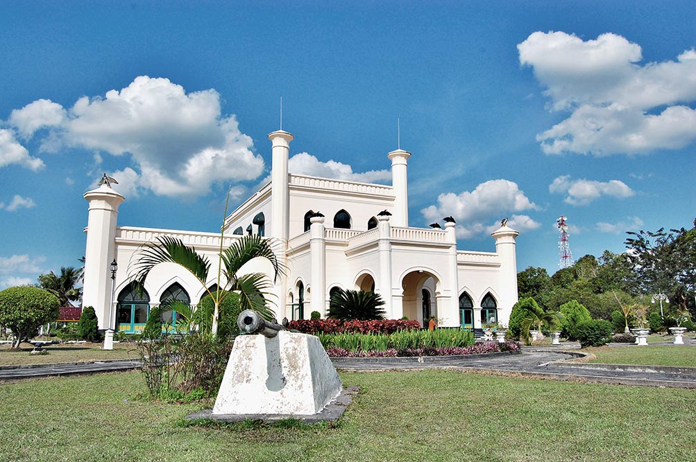 The Kingdom of Siak is the largest Islamic Malay kingdom in Riau Province. Reaching its heyday in the 18th century to the 20th century. In the lineage of the Sultan of the Siak Sri Indrapura kingdom began in 1725 with 12 Sultan who had reigned.