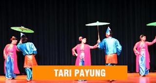 penari berpasangan menggunakan payung