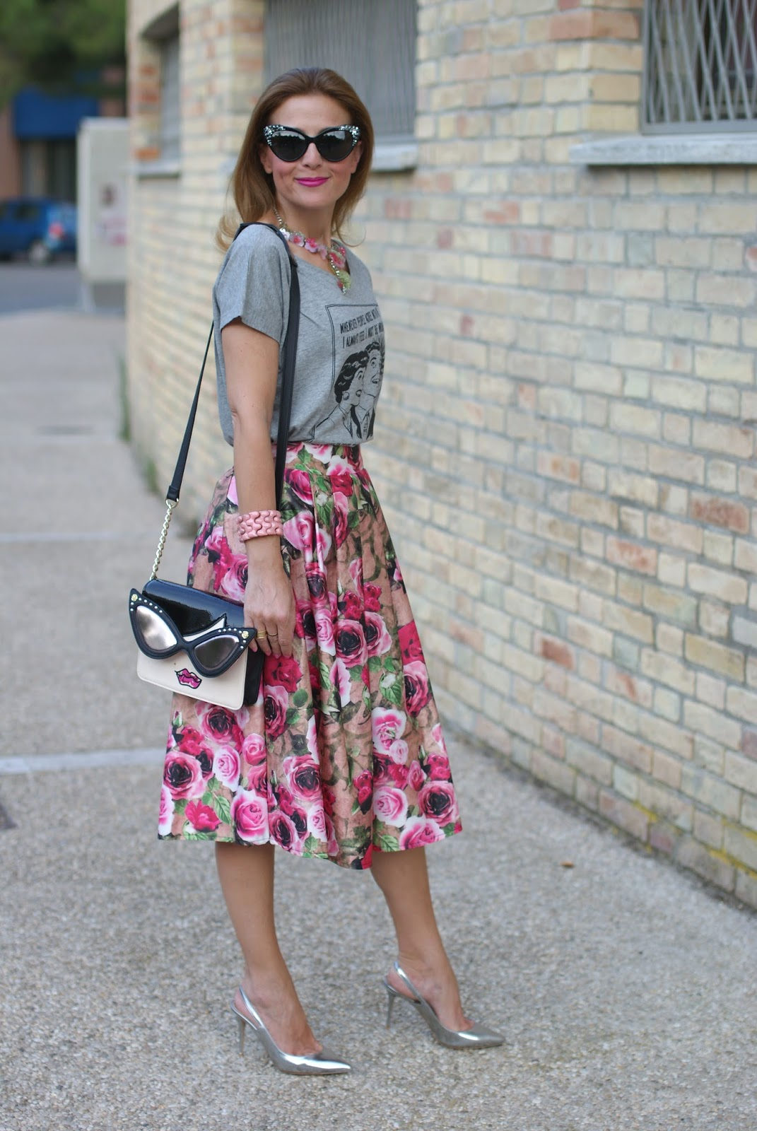 Opposes Complementaires t-shirt con midi skirt con rose e borsa Betsey Johnson su Fashion and Cookies fashion blog, fashion blogger style