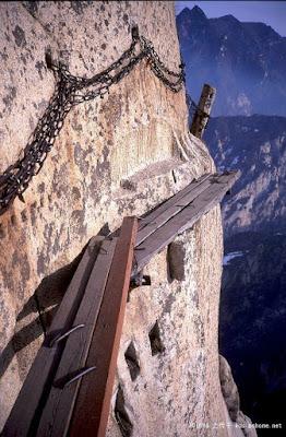 טיפוס על קורות עץ על ההר בדרך למסעדה בסין
