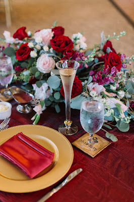 red and pink centerpiece flowers with champagne