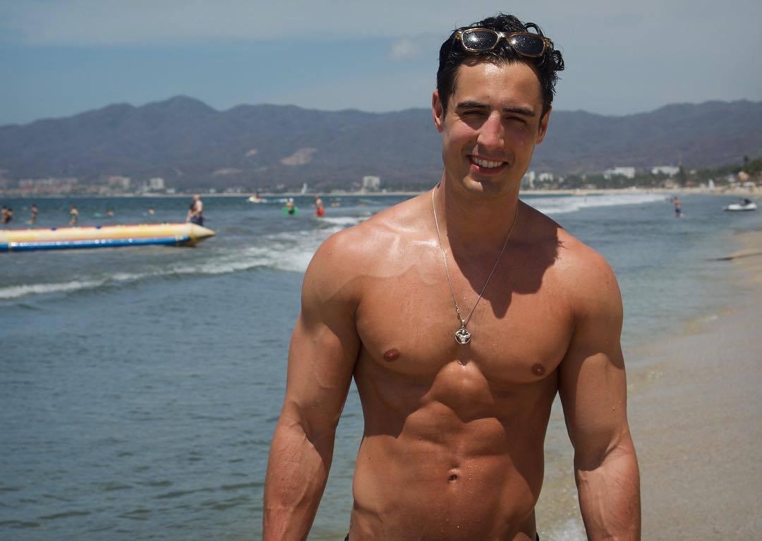 attractive-shirtless-beach-dudes-rob-monroe-smiling