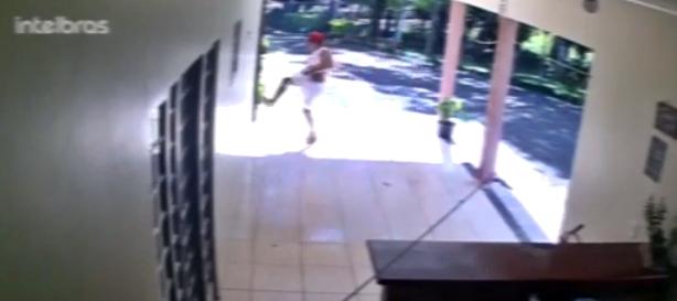 Câmera flagra homem arrombando residência em Manoel Ribas