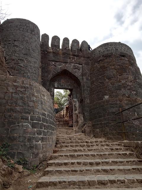 पुणे दरवाजा और सिंहगड किले के बारे में विस्तृत में जानकारी