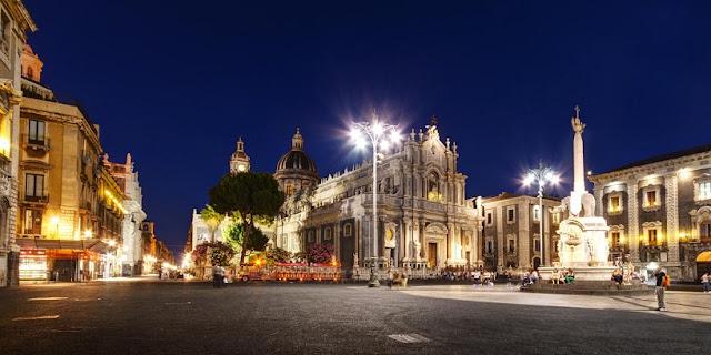 Passeio pela Piazza Duomo em Catania