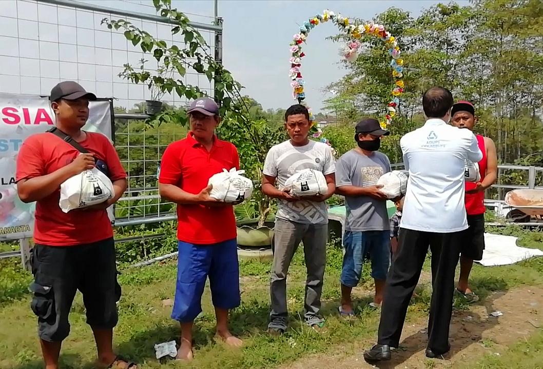 Secercah Berkah dari Sumbangan untuk Warga Pemulung di Tengah Pandemi