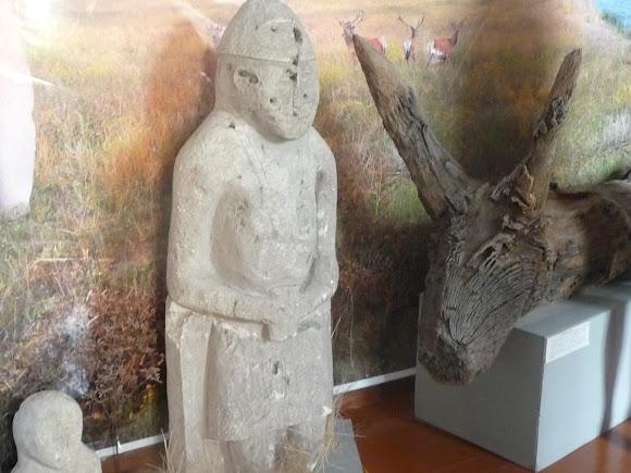 Генічеськ Краєзнавчий музей. Кістки південного слона і кам'яна баба