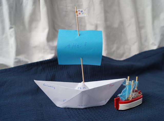 DIY: Papierschiff-Einladungen für den Kindergeburtstag basteln. Auf Küstenkidsunterwegs zeige ich Euch in einer einfachen Anleitung, wie Ihr schnell mit Papierschiffchen bzw. -booten süße maritime Einladungen für den Geburtstag Eurer Kinder bastelt. Auch toll für eine Piraten-Party!