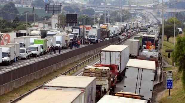 74b56038d Caminhoneiros e simpatizantes das causas da categoria realizaram protestos  por Santos