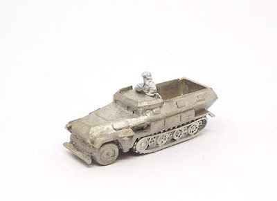 GRV63   Sd.Kfz 251 (Ausf C) with map table and officer