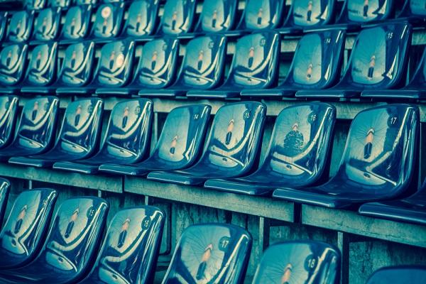 Foto minimalista destacando los patrones dibujados por las butacas de un estadio de futbol