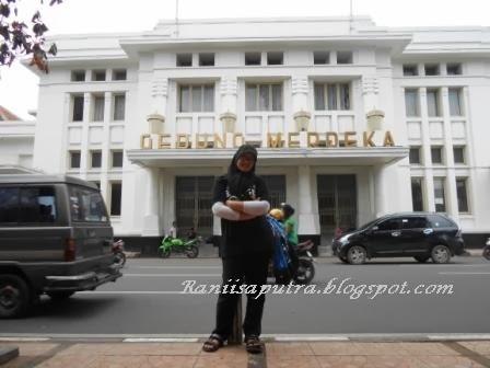 Narsis di depan gedung merdeka