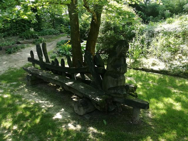 drewniana ławka ogrodowa, styl rustykalny