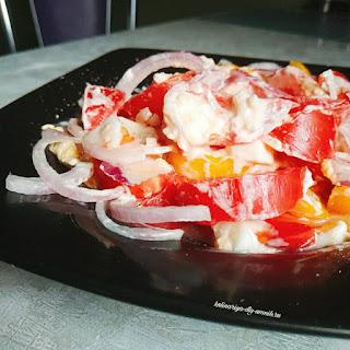 Салат с помидорами, яйцом и луком