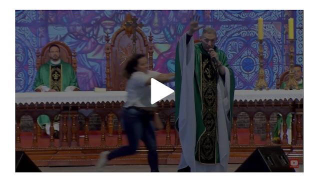 URGENTE Mulher empurra Padre Marcelo Rossi em altar - Padre Marcelo Rossi Cai do Altar