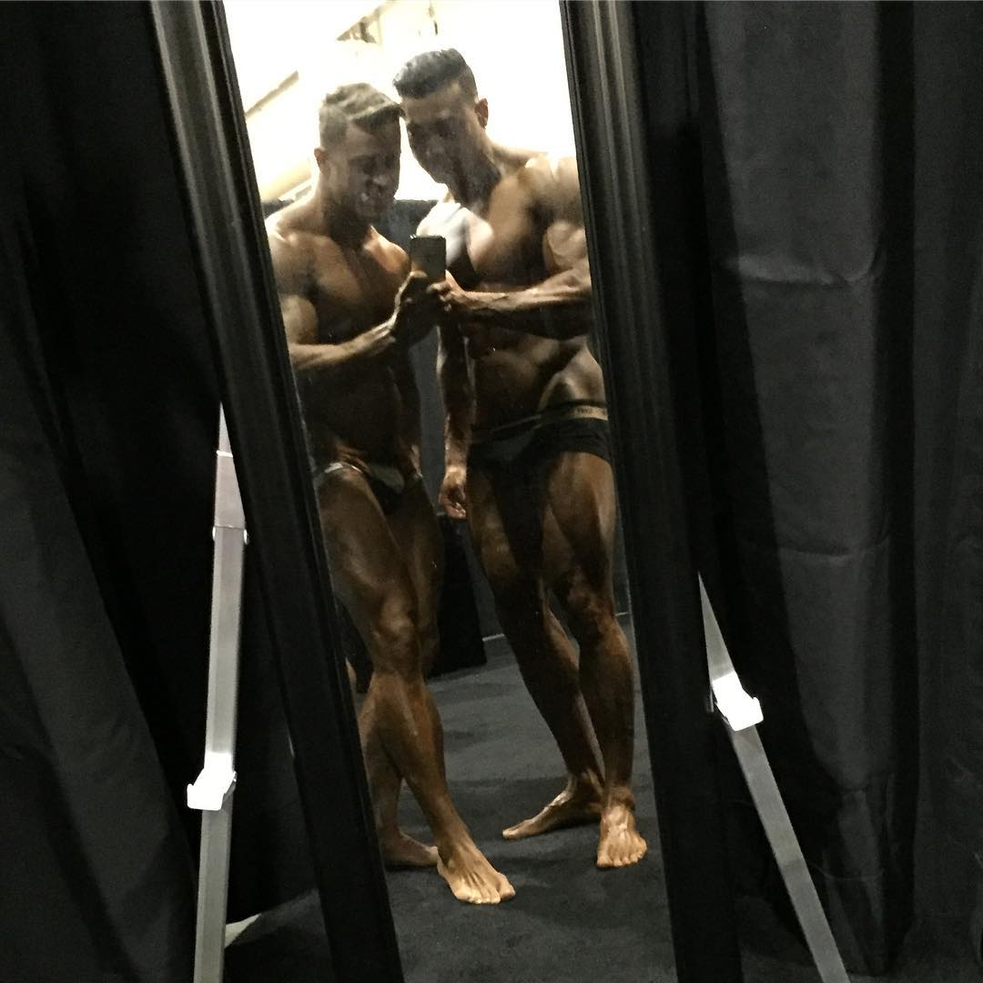 Felipe Franco e Jason Poston tiram foto no backstage do Mr. Olympia 2016. Foto: Arquivo pessoal