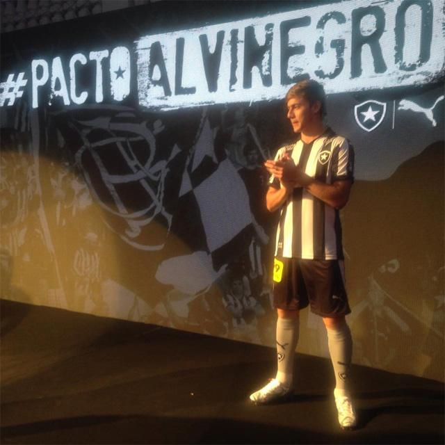 A camisa titular do Botafogo traz o tradicional listrado vertical em preto  e branco que continuam pelas mangas. A gola é polo na cor preta daa371240dded
