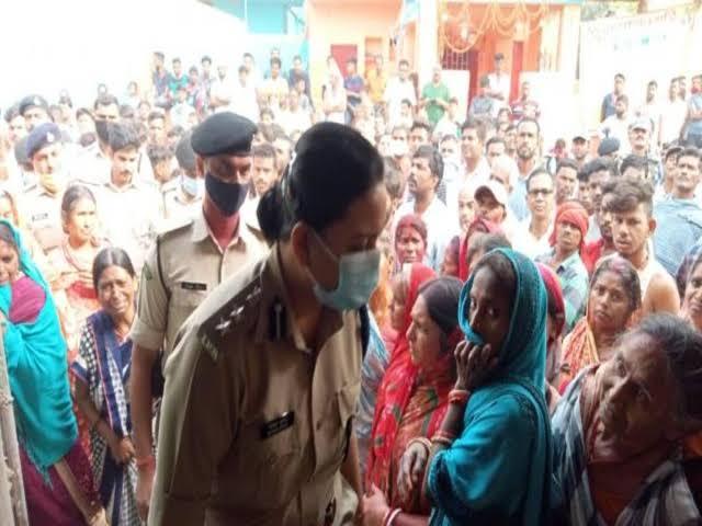 पुलिस थाने में एक शख्स की मौत के बाद परिजनों ने किया हंगामा और लोगों ने किया प्रदर्शन।