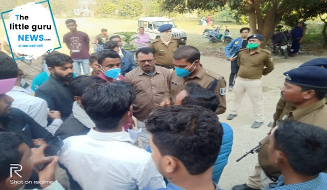 Students jammed road in chakia due to admit card