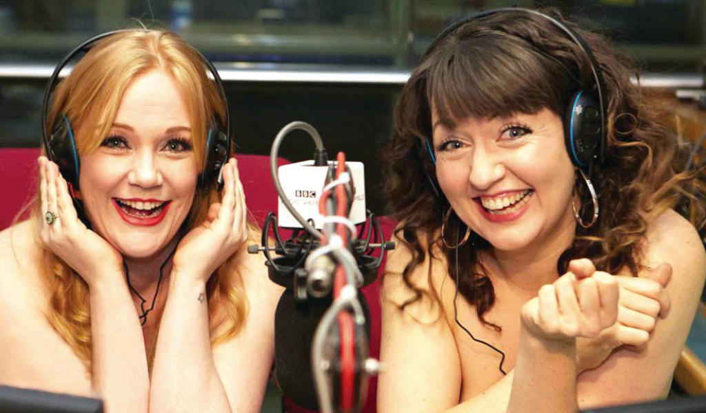مذيعتان بريطانيتان تتعريان لتشجيع النساء على البوح بالكلام
