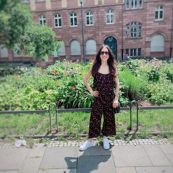 Style: Sommeroutfit mit langem Jumpsuit, weißen Sneaker und Karl Lagerfeld Umhängetasche
