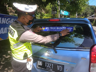Berikan Himbauan Ke Masyarakat, Sat Lantas Polres Enrekang Pasang Stiker Ayo Pakai Masker ke Kendaraan