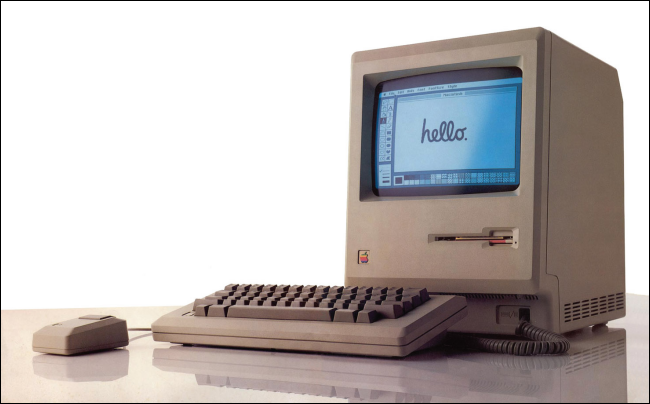 """جهاز Macintosh أصلي من عام 1984 مع ظهور كلمة """"Hello"""" على شاشته."""
