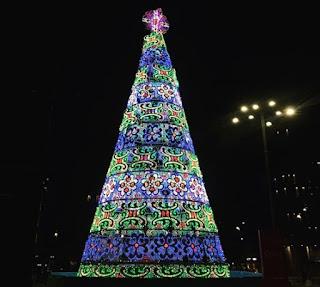 Αφρικανός μετανάστης προσπάθησε να κατεβάσει τον σταυρό από Χριστουγεννιάτικο δέντρο στην Ιταλία.