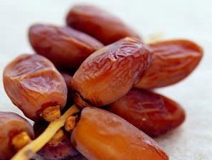 Buah kecil berwarna coklat yang biasanya dijadikan manisan dan dikonsumsi oleh orang keti Manfaat Buah Kurma Bagi Ibu Hamil
