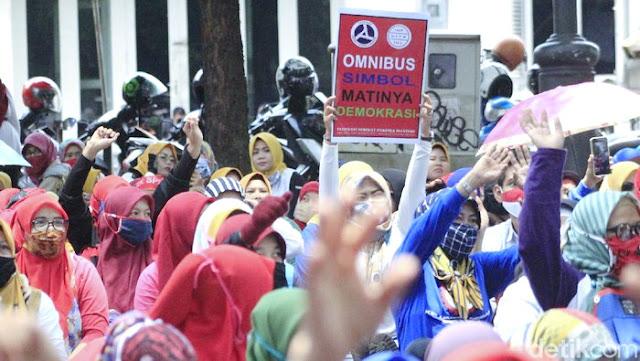 Geger UU Cipta Kerja dan Omnibus Law Disahkan: UMK Dihapus, Jam Lembur Lama, Cuti Dipersulit, Kontrak Seumur Hidup, Wong Cilik Bakal Sengsara!